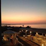 Uitzicht op bar/restaurant en in de verte Rethymnon vanaf kmr 302