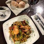 Deliciosa Paella acompañada de vino tinto y pan de la casa 👌🏻
