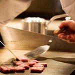 オープンキッチンのダイニングでは淡路牛ステーキをホールに溢れる料理の音、香りなど五感で堪能できる