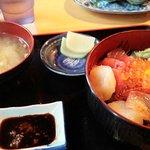 海鮮丼、イルカ食堂