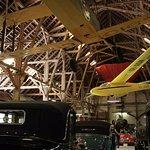 裡面其中的骨董車和飛行器展