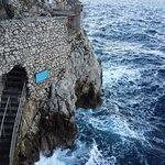 La meraviglia naturale del mare mosso che si infrange sulla roccia esterna alla Grotta