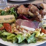 une belle assiette complète (foie gras, confit de canard, jambon de pays et légumes)