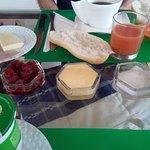 Le petit-déjeuner copieux et l'occasion de découvrir les saveurs locales