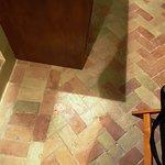 il pregevole pavimento in cotto della camera
