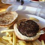 il piatto da 12 euro: 5 l'Hamburger e ben 7 euro le patatine!
