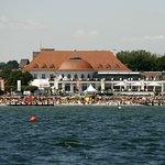 Außenansicht ATLANTIC Grand Hotel Travemünde von der Ostsee aus