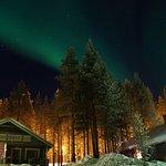 Hüttedorf bei Nacht mit Polarlicht