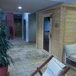 Le spa avec piscine intérieure, spa, hammam, douche sensorielle, salle de massages et espace dét