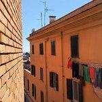 Uma estreita viela separa os prédios e a abertura das janelas compromete a privacidade dos hóspe