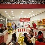 Parte interna da nova sorveteria, na praia Brava - à direita buffet
