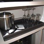 Room 1006 - Ice bucket, wine opener and glasses