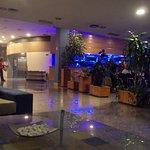Zona de estar y bar-cafetería.