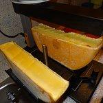 Traditionell wird das Gstaader Raclette unter dem Ofen gebraten und abgestrichen