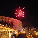 Los fuegos artificiales con San mames al fondo en el cotillón de Nochevieja.