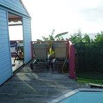 vue côté du bungalow, entrée et piscine