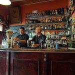 En la entrada, barra de bar y los camareros, muy atentos y agradables.