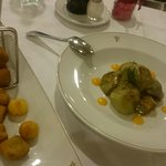 Alcachofas con salsa romescu y pulpo braseado