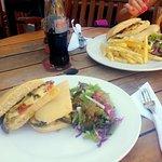 Sandwich de berenjenas (izquierda)