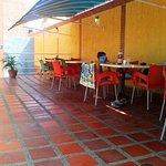 área de mesas y sillas al lado de la piscina