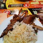 brochette poulet caramélisé, porc, riz cantonais, nouilles chinoises