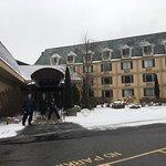 Hotel com linda vista, quarto limpo e grande. Fica em frente à estação de ski de Camelback. O qu