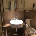 das Bad mit Dusche, WC und Bidet