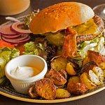 Safe burger med pandestegte kartofler.