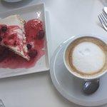 Cheesecake y café con leche