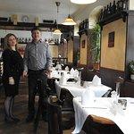 Blick in die Taverne - Chefin Litsa (Service) und Chef Fotis (Koch)