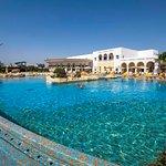 Vue générale de l'hôtel côté grande piscine extérieure