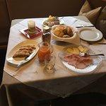 Tavolo colazione apparecchiato
