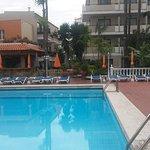 ruhiger, kleiner Pool und Poolbar