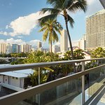 Photo de Regency on Beachwalk Waikiki by Outrigger