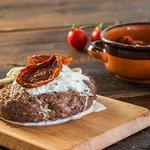 Hamburger pugliese con stracciatella e pomodori secchi