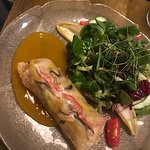 Asiatische Gemüserolle mit Salatbukett