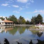 El salón Venados y uno de los lagos