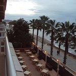 Vista desde la habitación de la rettaza del bar del hotel en el paseo marítimo.