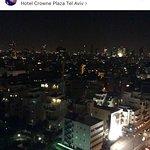 Вид из мини-балкона моего номера Краун Плаза Тель-Авив Бич