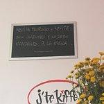 Interesante cafeteria, buenos postres y atención. Además, un lugar tranquilo, agradable y acoged