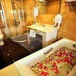 Deluxe room's bath thub