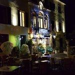 Venezianischer Palazzo mit kreativer Weihnachtsbeleuchtung
