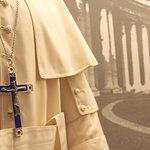 Un dettaglio di una teca del periodo del Pontificato