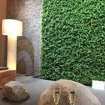 Sitzgruppe bei der Réception, mit der Wand aus echten Grünpflanzen