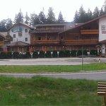 l'hotel visto dall' ingresso bel bosco adiacente alla struttura