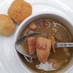 Sancocho, plato típico dominicano, con yuca, tocino, plátano, cerdo