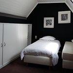 Jolie chambre située dans la mezzanine, avec deux lits individuels.