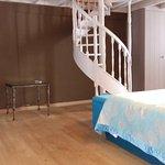 Lit double et escalier menant au palier de la mezzanine.