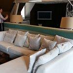"""Suite """"Paradise"""" toujours : très grand canapé d'angle, belle décoration."""