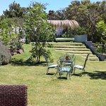 Jardín con parrillero en el quincho
